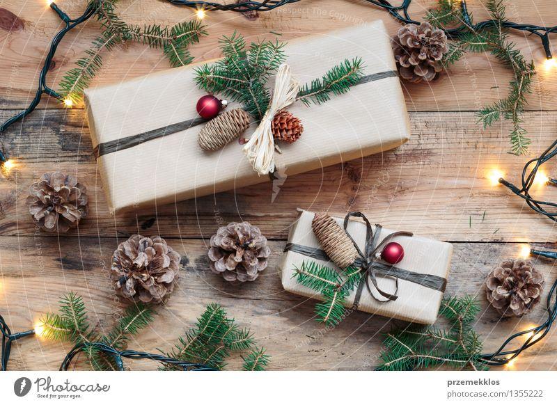 Eingewickelte Weihnachtsgeschenke auf Bretterboden Papier Paket Kasten Schnur Tradition Gast Dezember Etage Geschenk heimwärts horizontal Kiefer umhüllen