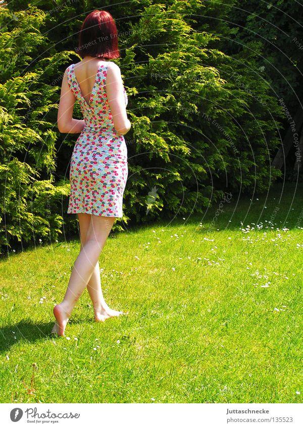 Diva Frau gehen Gras Wiese Sommer Sommerkleid träumen verträumt Denken Schönes Wetter Physik Zufriedenheit schön Rasen Blümchenkleid klein Garten Wärme