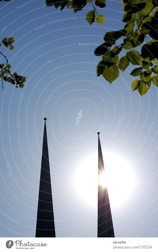 Lichtblick Kirchturm Kirchturmspitze Gegenlicht Blätterdach Sommertag hell Flutlicht Erkenntnis Gotteshäuser Religion & Glaube Sonne Himmel Lichtflut