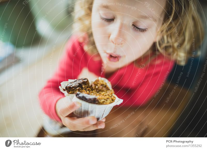 Muffin Genuss feminin Kleinkind Mädchen 1 Mensch 3-8 Jahre Kind Kindheit Essen genießen Freundlichkeit Fröhlichkeit Gesundheit Lebensfreude Kuchen beißen blond