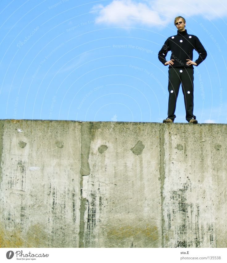 THE WALL | dots pt.2 Mensch Mann Natur Jugendliche alt ruhig Einsamkeit Erholung Wand Mauer maskulin Schilder & Markierungen Beton Bekleidung Ordnung