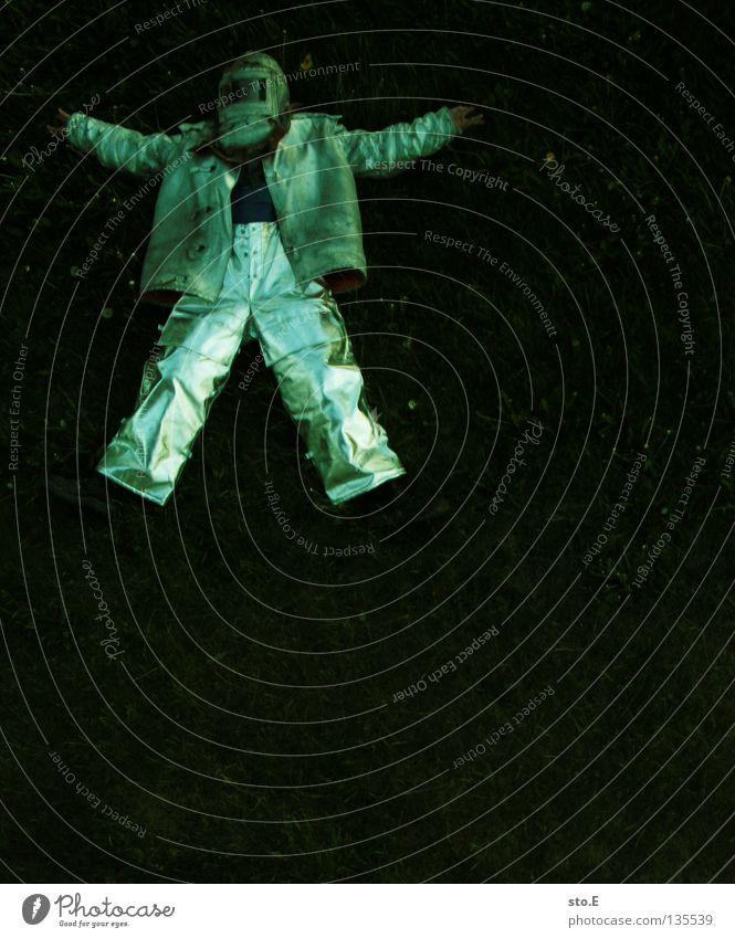 ausgepowert Mann Natur grün Wiese dunkel Wärme maskulin liegen Sicherheit Bekleidung Industrie Körperhaltung Schutz heiß Jacke Hose