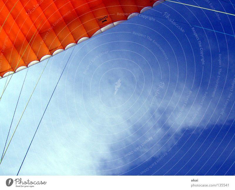Ich will da hoch! blau Freude Wolken Farbe Sport orange Beginn Sportveranstaltung Fallschirm Gleitschirmfliegen Konkurrenz Abheben krumm himmelblau Farbenspiel