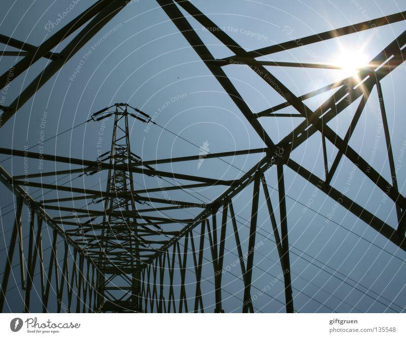 hochspannung II Himmel Sonne groß hoch Industrie Energiewirtschaft Elektrizität Macht gefährlich Kabel Niveau Stahl Sonnenenergie Strommast Draht Leitung