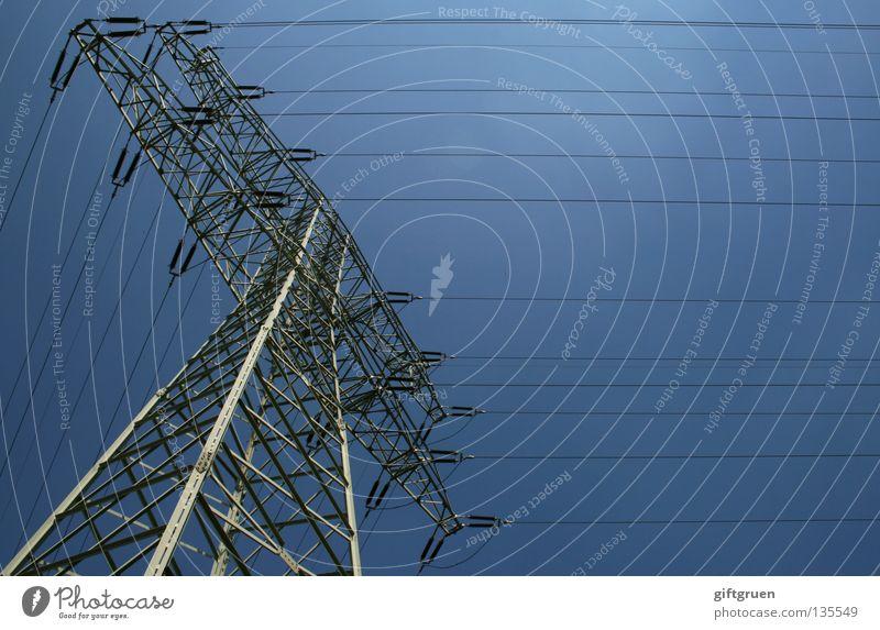 hochspannung I Himmel groß hoch Industrie Energiewirtschaft Elektrizität Macht gefährlich Kabel Niveau Stahl Strommast Draht Leitung
