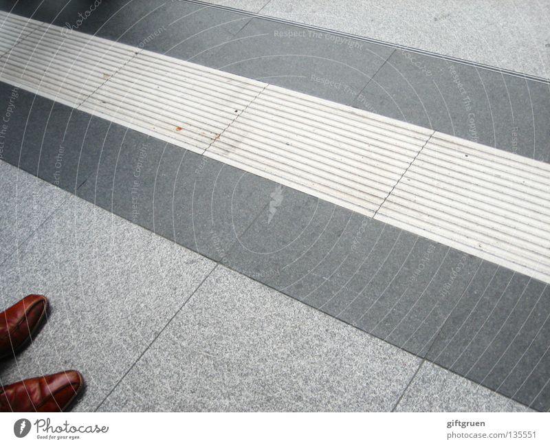 stand and wait Mann Schuhe Business warten Bekleidung stehen Bodenbelag Streifen Flughafen Bahnhof Langeweile