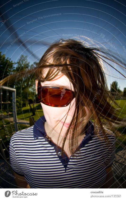 Propella Tentakel Wind Sonnenbrille Baum Frau feminin Lippen braun grün Streifen Streifenhörnchen Gegenlicht Sommer Luft Knöpfe Fischauge Freude schön
