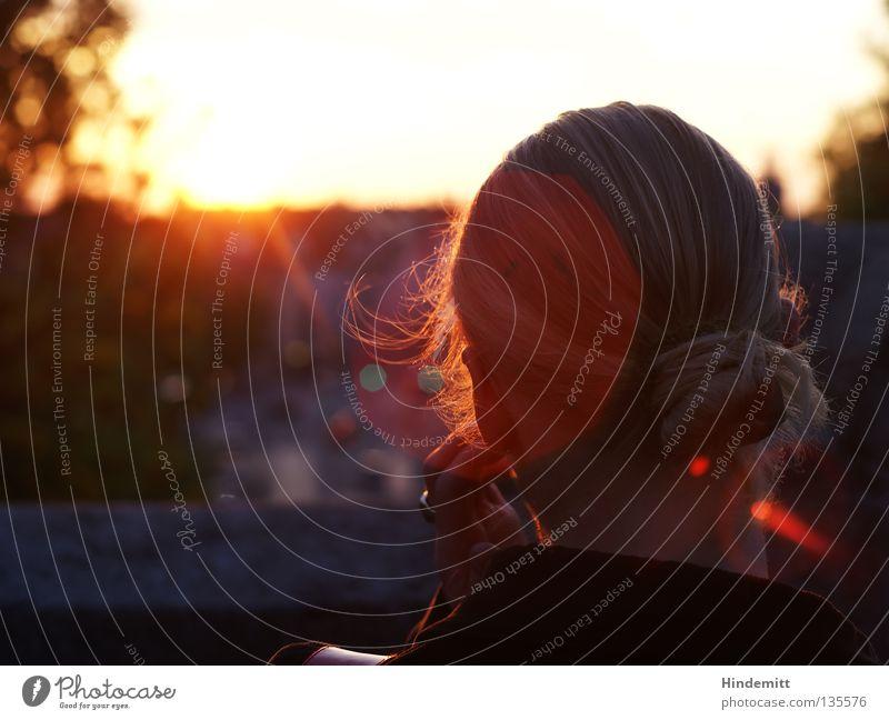 N. München Frau blond lang Zopf Dutt Ampel Sonnenuntergang Physik Baum Sehnsucht Denken Hinterkopf Finger Hand Brückengeländer Geländer Lichtfleck dunkel rot