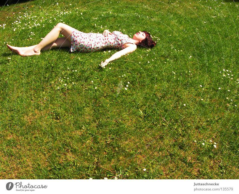 Keine Ameise Frau Gras Wiese Sommer Sommerkleid Blume Müdigkeit Erholung genießen harmonisch angenehm Frieden liegen rumliegen rumkugeln Rasen. Garten bequem
