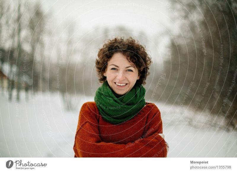Mensch Jugendliche grün Junge Frau weiß Baum rot Wolken Freude Winter 18-30 Jahre Wald Erwachsene Schnee Gesundheit Kopf