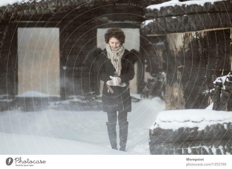 Winter Junge Frau Jugendliche Erwachsene Körper 1 Mensch 18-30 Jahre Schnee Schneefall Menschenleer Einfamilienhaus Ruine Mauer Wand Mantel Schal Handschuhe