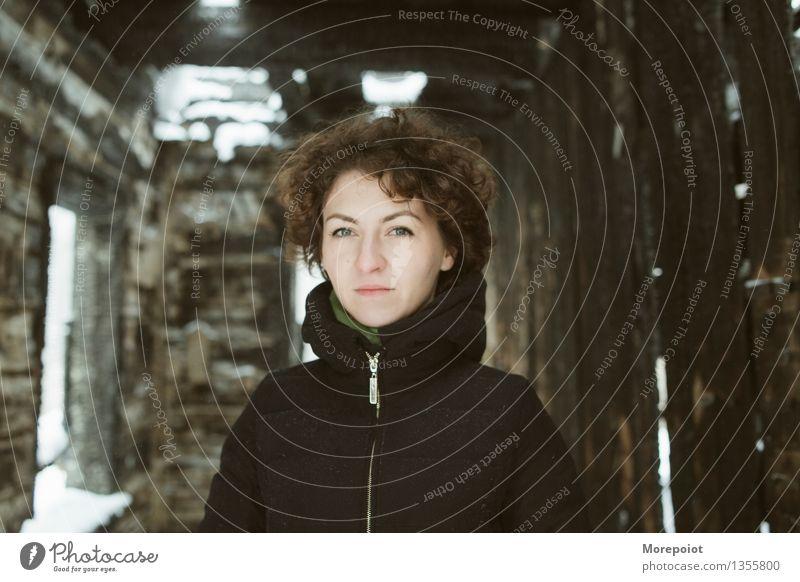 Ann Junge Frau Jugendliche Erwachsene Kopf 1 Mensch 18-30 Jahre Mantel brünett kurzhaarig Locken Blick stehen Ruine ruiniert schwarz braun Porträt Farbfoto