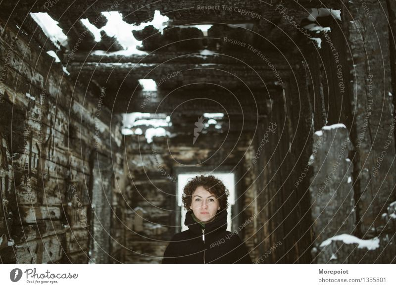 Anna Junge Frau Jugendliche Erwachsene Kopf 18-30 Jahre Ruine Mantel brünett langhaarig Blick stehen gruselig braun schwarz Gelassenheit Traurigkeit Angst