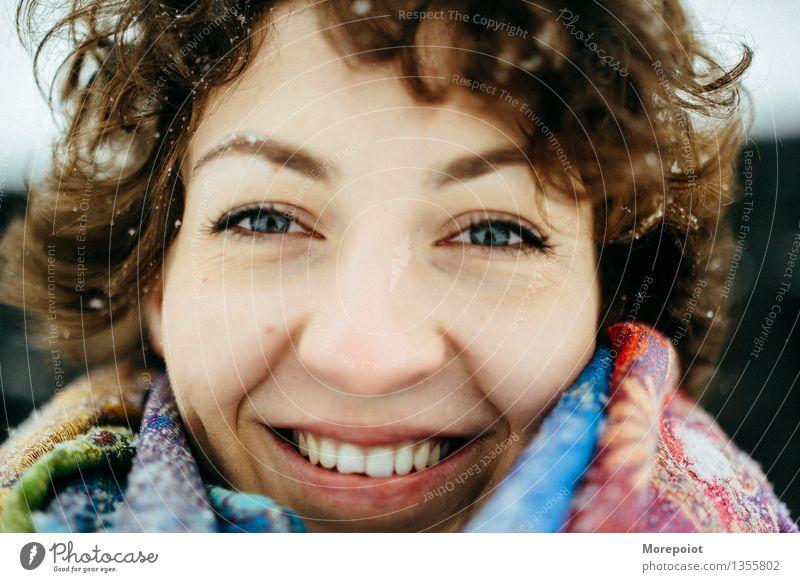 Anna Junge Frau Jugendliche Erwachsene Kopf Gesicht 1 Mensch 18-30 Jahre Schnee Schal brünett Locken Behaarung Blick Lächeln Smiley voll Freude Spielfreude