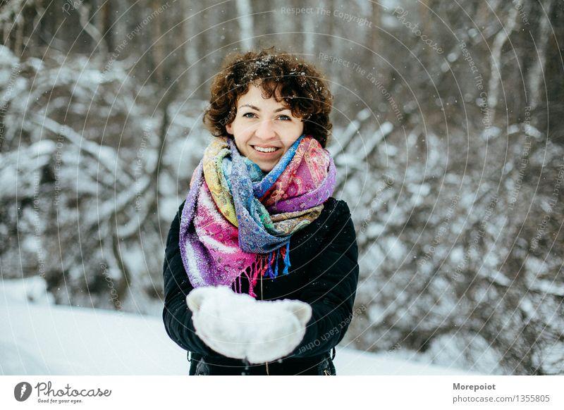 Winterspaß Frau Natur Jugendliche Junge Frau weiß Baum Freude 18-30 Jahre Wald schwarz kalt Erwachsene Gefühle Schnee Spielen
