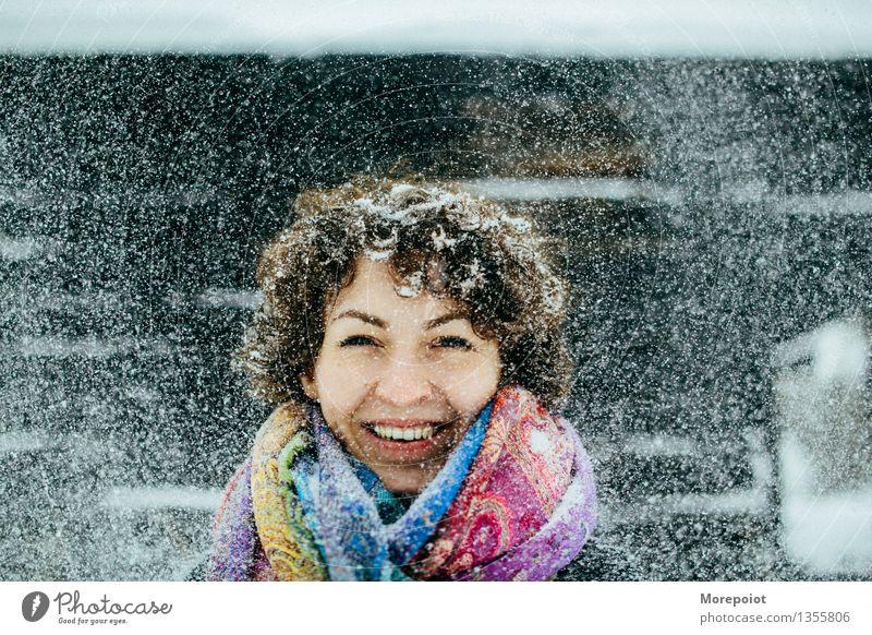 Mensch Jugendliche Junge Frau Winter 18-30 Jahre Erwachsene lustig Schnee Spielen Glück Kopf Schneefall Fröhlichkeit Lächeln brünett Locken