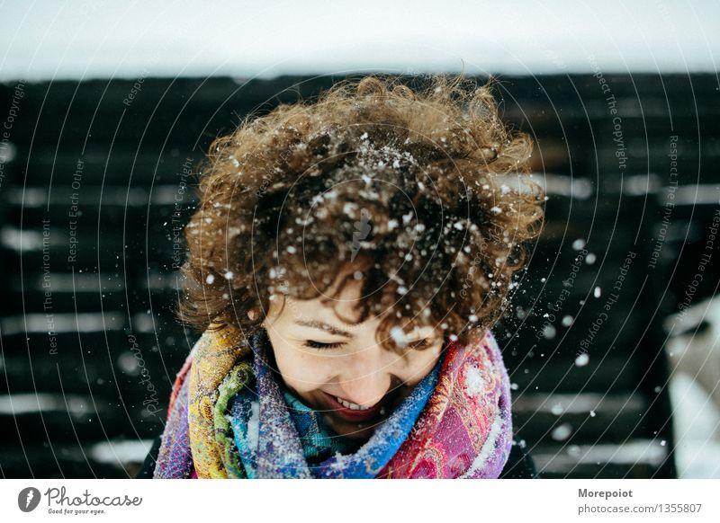 Winterspaß Junge Frau Jugendliche Erwachsene Kopf Haare & Frisuren 1 Mensch 18-30 Jahre Wind Schnee Schneefall Schal brünett Locken Behaarung genießen Lächeln