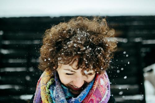 Winterspaß Mensch Jugendliche Junge Frau weiß Freude 18-30 Jahre schwarz Erwachsene Gefühle Schnee lustig lachen Glück Haare & Frisuren Kopf