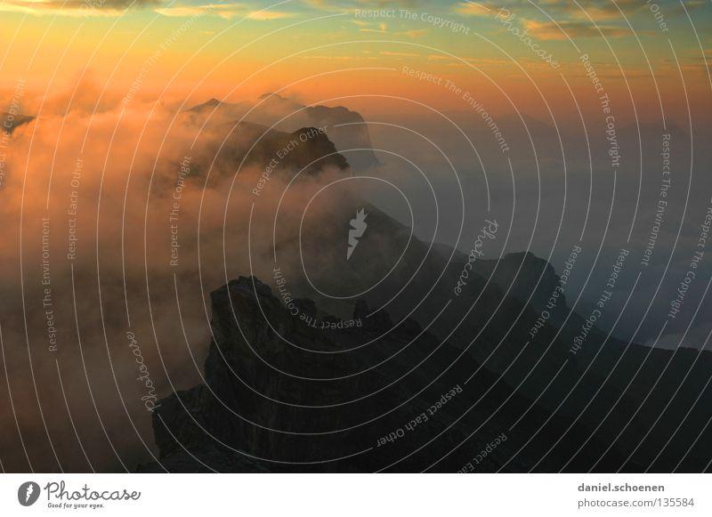 ganz weit oben ! Himmel Sonne blau rot Wolken gelb Ferne Farbe kalt Berge u. Gebirge Luft wandern Nebel Hintergrundbild Wetter Aussicht