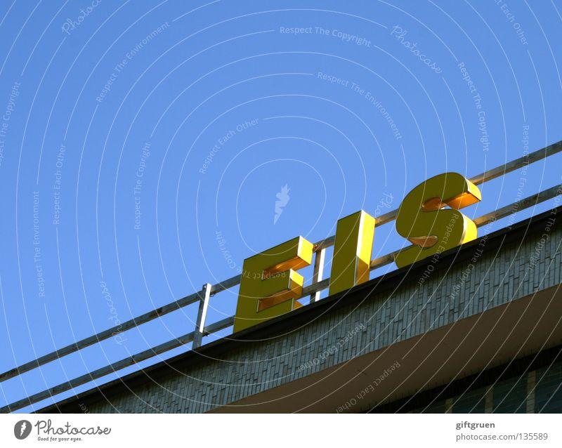 plain vanilla Sommer Physik heiß kalt Ernährung süß Süßwaren gefroren Eisdiele Waffel Becher Aufschrift Werbung Buchstaben Typographie gelb Schriftzeichen Wärme