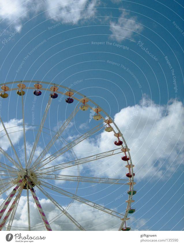 rundherum Riesenrad Jahrmarkt Fahrgeschäfte Karussell drehen groß Attraktion Freude Spielen Himmel Niveau hoch Schwindelgefühl