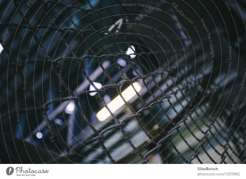 Industrie Maschine Bohrmaschine Motor Getriebe Mauer Wand Sicherheit Zaun Fabrik Lager dunkel Suspension Angst Maschendrahtzaun Farbfoto Innenaufnahme