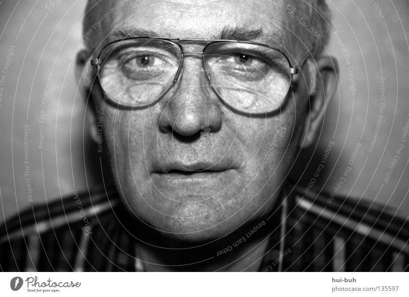 Zeitzeuge: Opa Senior Weisheit klug Gesundheit ungesund Brille grau weißhaarig Mann Hemd Konzentration Männlicher Senior lacheln weißheit Schwarzweißfoto