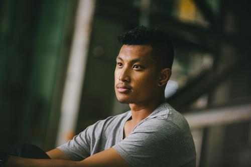 Junger Mann Porträt Lifestyle Stil Freude Nachtleben Veranstaltung ausgehen Mensch Jugendliche Erwachsene Kopf 18-30 Jahre Mode Bekleidung T-Shirt schwarzhaarig