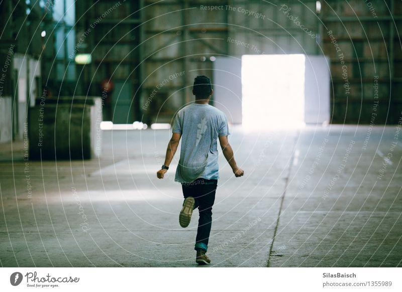 Durch die Fabrik laufen Lifestyle Sport Leichtathletik Industrie Baustelle Mensch maskulin Junger Mann Jugendliche Erwachsene 1 18-30 Jahre Industrieanlage
