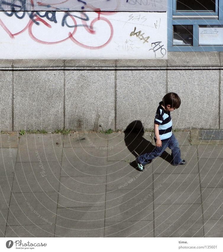 Nur reden. Und dann nix machen. :-( Haus Junge Mauer Wand Fassade Fenster Verkehrswege Straße Wege & Pfade Beton Graffiti gehen Traurigkeit trist Langeweile