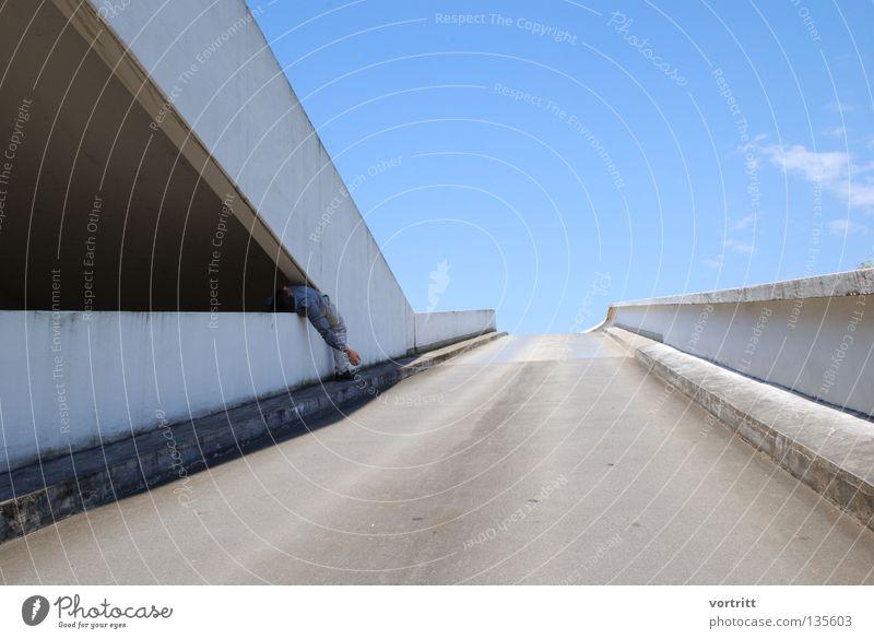hängen geblieben Himmel Mann blau Sommer Einsamkeit Ferne Straße Wand Architektur grau Mauer Gebäude Kunst Wetter liegen Beton