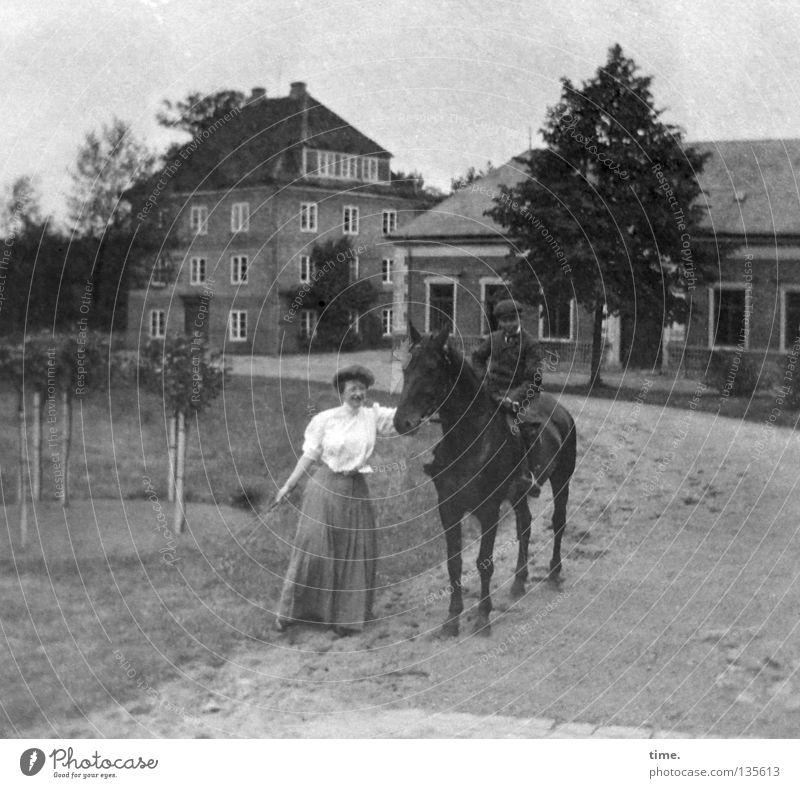 1 PS Frau alt Baum Wiese Junge Gebäude sitzen Verkehr Bekleidung Pferd festhalten Bauernhof früher Entertainment Reitsport Verkehrsmittel