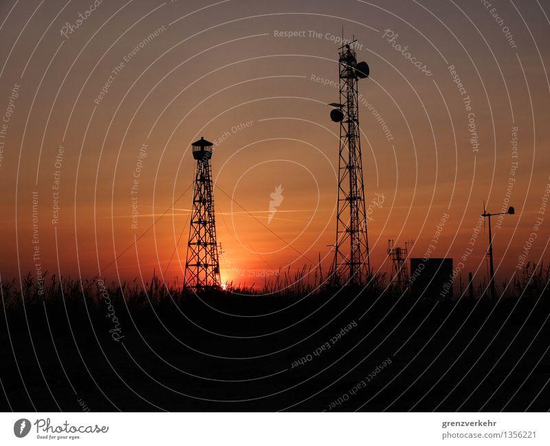 Zwillingstürme Sonne Meer Strand hoch Telekommunikation Windkraftanlage Schilfrohr Abenddämmerung Informationstechnologie Leuchtturm Telefonmast Sendemast Antenne Überwachung Abendsonne Satellitenantenne