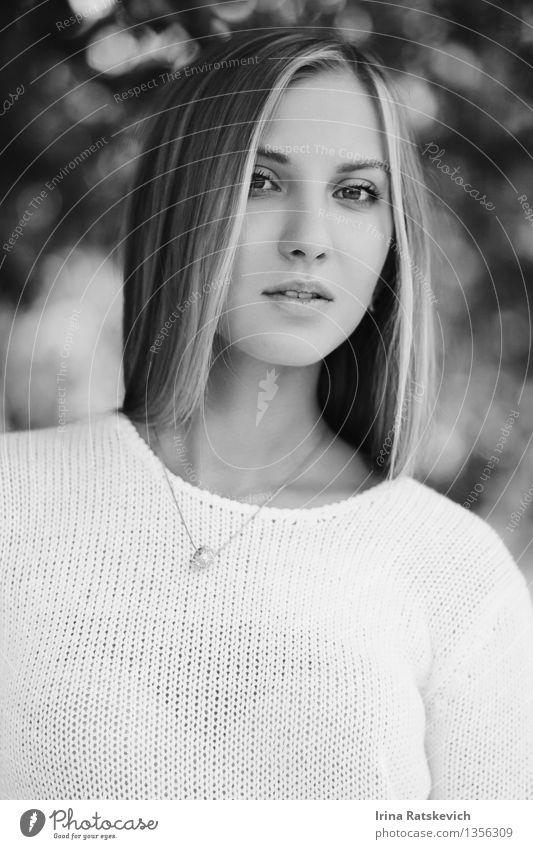 Schwarz-Weiß-Porträt Junge Frau Jugendliche Haut Kopf Haare & Frisuren Gesicht Auge 1 Mensch 18-30 Jahre Erwachsene Mode Bekleidung Pullover Accessoire silber