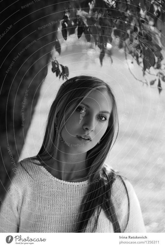 junge Frau, die in der Nähe von Baum steht. Mensch Natur Jugendliche schön Junge Frau Landschaft 18-30 Jahre Wald Gesicht Erwachsene Auge lustig