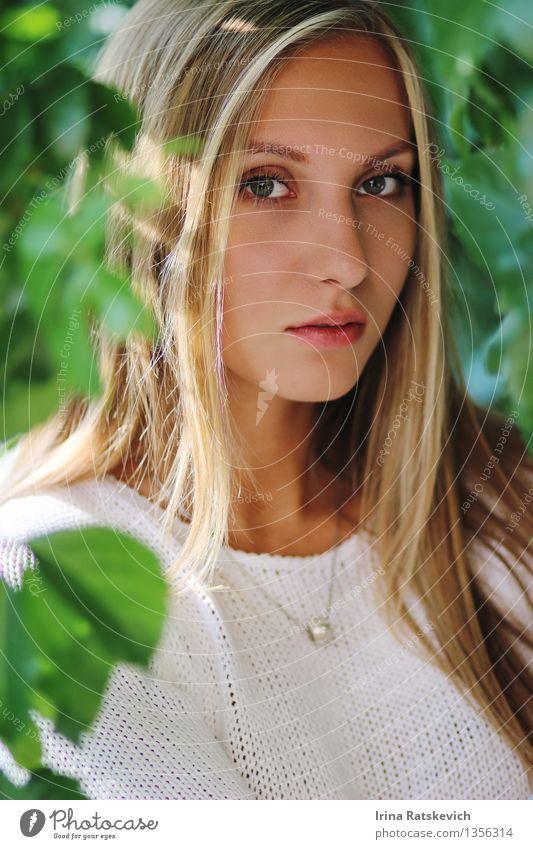 Mädchen in den Blättern Junge Frau Jugendliche Kopf Haare & Frisuren Gesicht Auge Lippen 1 Mensch 18-30 Jahre Erwachsene Natur Sonne Schönes Wetter Baum Blatt