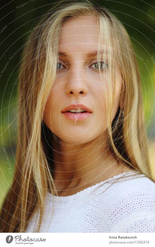 interessantes emotionales Mädchen Junge Frau Jugendliche Haare & Frisuren Gesicht Auge Nase Mund Lippen 1 Mensch 18-30 Jahre Erwachsene Mode Pullover blond dünn