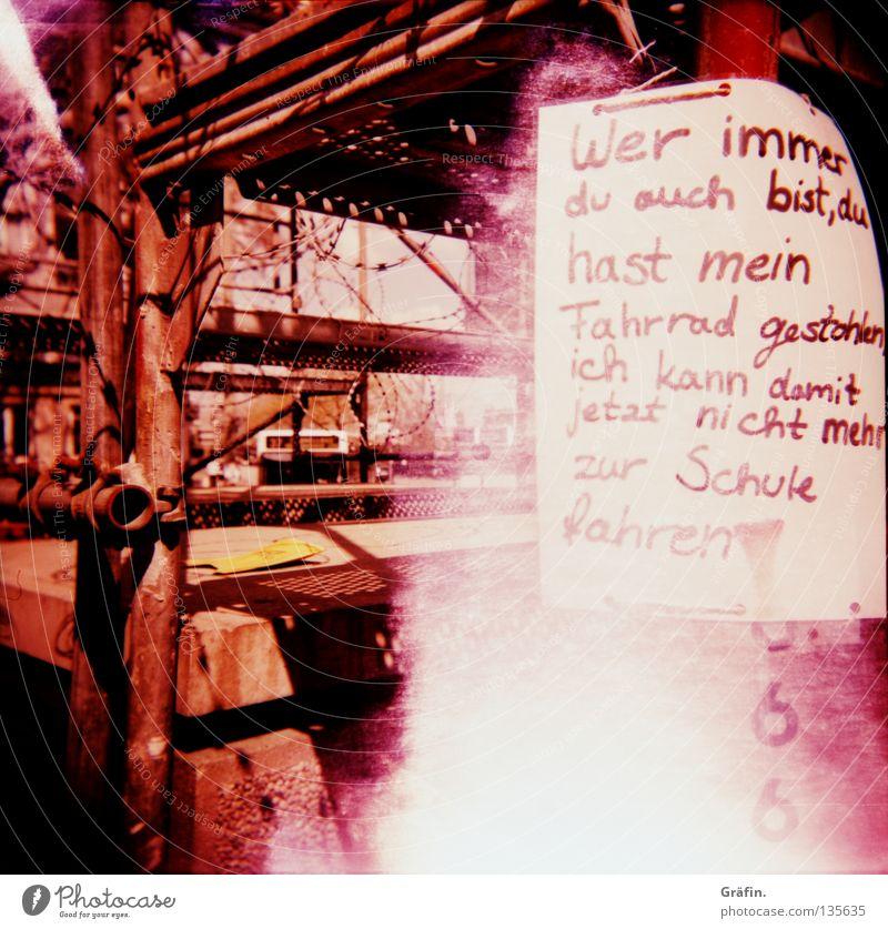 Haltet den Dieb Traurigkeit Fahrrad Schilder & Markierungen Schriftzeichen Trauer Buchstaben Holga violett Lomografie Wort Bahnhof Verzweiflung Plakat Dieb Baugerüst Handschrift