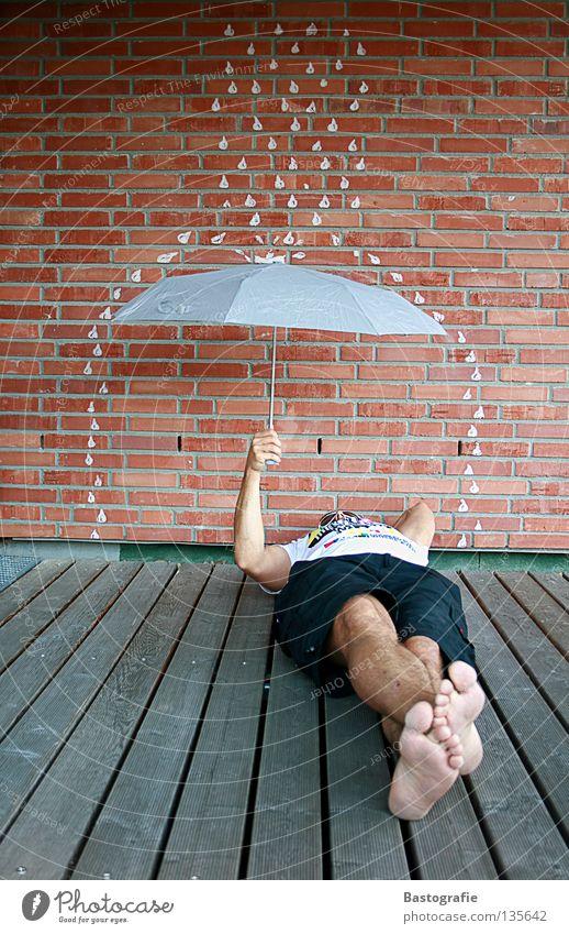 sleeping in the rain Straßenkunst Comic schlafen nass Regen Erholung Pfütze Mauer träumen Backstein Wand kalt Sommer Herbst Jahreszeiten Regenbogen Gefühle