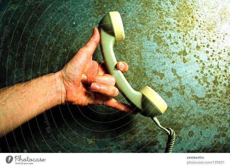 Telefon Telefonhörer Telekommunikation Hand festhalten Daumen Zeigefinger Mittelfinger Ringfinger telefonisch sprechen Kommunizieren sprechmuschel Ohr
