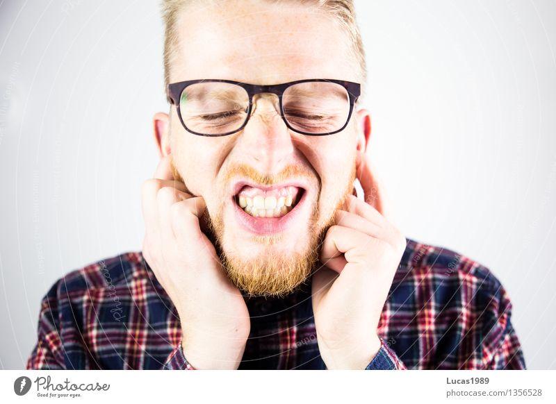Mann hält sich die Ohren zu Lehrer Studium Student Mensch maskulin Junger Mann Jugendliche Erwachsene 1 18-30 Jahre Hemd blond Stress laut zuviel Krach