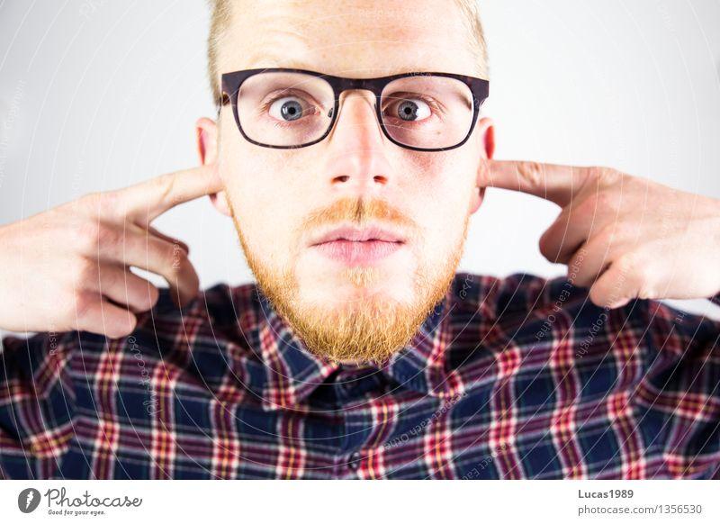 Mann mit Bart und Brille hält sich die Ohren zu Erholung Musik Club Disco Lehrer Mensch maskulin Junger Mann Jugendliche Erwachsene 1 18-30 Jahre Hemd blond