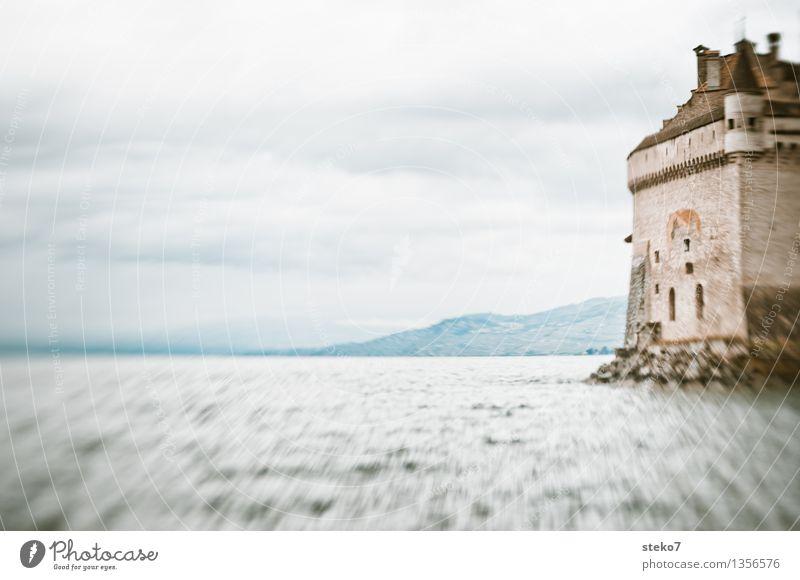 Seeblick Seeufer Burg oder Schloss Turm Rettung Schutz Sicherheit Kraft Vertrauen Gedeckte Farben Außenaufnahme Lomografie Menschenleer Textfreiraum links