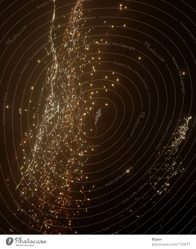Feuerregen Silvester u. Neujahr dunkel Brand Flamme Feuerwerk Funken
