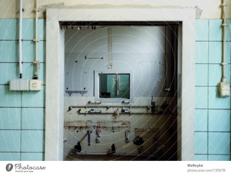 Endstation Fenster fließen Mechanik Durchgang Experiment verfallen Industrie Tür unsteril Einsamkeit blau