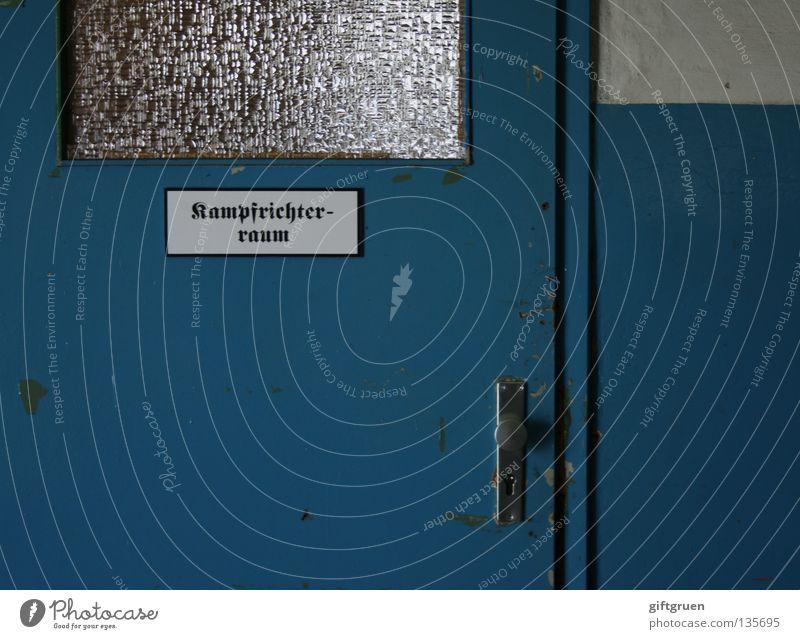 auf die plätze - fertig - los! Sport Tür Beginn Hinweisschild Eingang Sportveranstaltung Turnen Kampfsport Überwachung Entscheidung Regel neutral Sporthalle