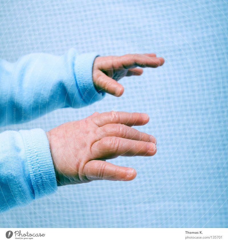 Reach Out, Touch Faith. Kind Hand Leben Junge Gefühle Glück Baby Haut Finger neu Vertrauen lang fangen Pullover reich greifen