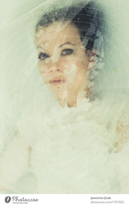 snow white I Jugendliche schön Junge Frau Einsamkeit Gesicht kalt Traurigkeit feminin träumen ästhetisch beobachten nass geheimnisvoll Trauer fallen Gemälde