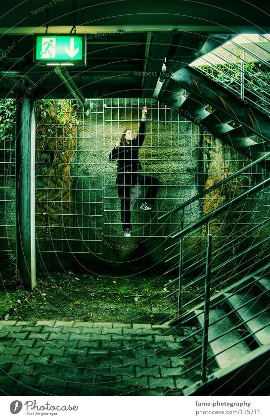 Emergency Exit Mensch Frau Natur Jugendliche grün Stadt Farbe schwarz Architektur springen Treppe Ziel festhalten Geländer Klettern verfallen
