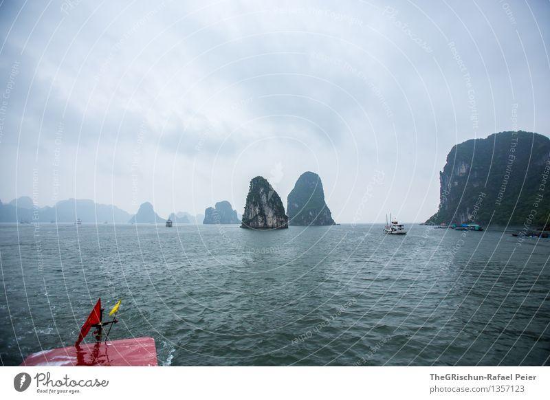 Halong Bay Umwelt Landschaft Wasser blau grau grün schwarz silber weiß Vietnam Reisefotografie Meer Schifffahrt Wasserfahrzeug Felsen Weltkulturerbe Wolken